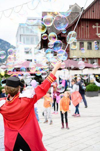 Von Straßenkünstlern, gratis Stadtführungen bis zu einem Kinderprogramm – es warten tolle Aktionen für Groß und Klein. Foto: Matthias Rhomberg