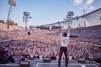 """<p class=""""caption"""">75.000 Fans jubelten den """"Monroes"""" im Münchner Olympiastadion zu. """"Ich kenne viele große Bands, die noch nie vor so einem Publikum gespielt haben"""", so Pinter über diesen unvergesslichen Moment.</p>"""