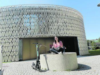 """<p class=""""caption"""">Bei einer Pause an der Stadtbibliothek bewunderte ich die Architektur.</p>"""