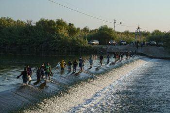 <p>Ciudad Acu–a. Verzweifelt: Zahllose Flüchtlinge aus Haiti überqueren den Rio Grande in Mexiko auf dem Weg in die USA.</p>