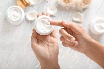 """<p class=""""title"""">               Die Haut pflegen             </p><p>Weniger Sonne, kalte Temperaturen und Heizungsluft trocknen die Haut aus. Deshalb solltest du deiner Haut etwas Gutes tun und dir Gesichtsmasken und Peelings gönnen.</p>"""