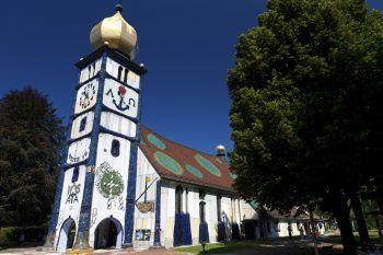 """<p class=""""caption"""">Die St. Barbara Kirche in Bärnbach wurde von dem Maler Hundertwasser gestaltet.</p>"""