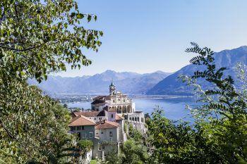 """<p class=""""caption"""">Die Wallfahrtskirche Madonna del Sasso bietet eine großartige Ausflugsmöglichkeit.</p>"""