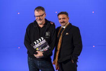 """<p class=""""caption"""">Ein schnauzbärtiger Hanno Pinter mit Oscar-Regisseur Stefan """"Ruzo"""" Ruzowitzky (""""Die Fälscher"""") vor dem Blue Screen.</p>"""