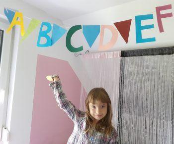 """<p class=""""caption"""">Elisa (6 Jahre) hat passend zum Schulanfang gleich ihr Zimmer neu dekoriert.</p>"""