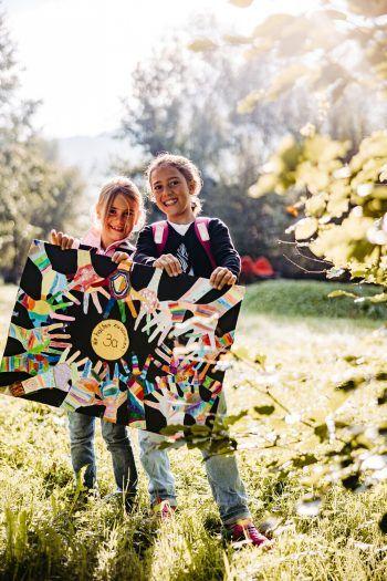 """Emily und Aylin haben bereits etwas Cooles zum Thema """"Schule"""" gebastelt – mach auch du bei unserem Gewinnspiel mit! Fotos: Sams"""
