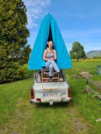 """Enrico: """"Hier ein Bild von meinem Sonnenschein und unserem Trabi mit der Pension Sachsenruh im wunderschönen Vorarlberg.""""Fotos: handout/privat"""