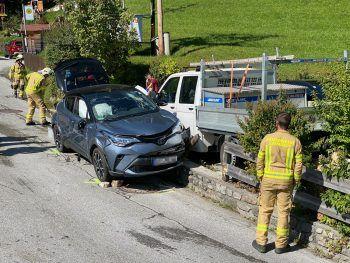 Erst die Kollision mit einer Mauer brachte das bergab fahrende Auto zum Stehen.Foto: APA