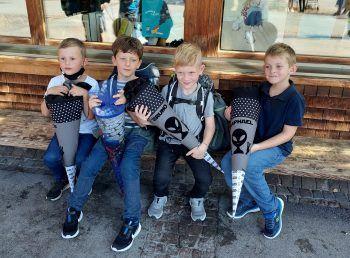 """<p class=""""caption"""">Erster Schultag: Raphael mit seinen Freunden Thaddaeus, Mattis und Bruno. Sie sind Freunde seit sie zwei Jahre alt sind und haben auch alle dieselbe kreative Schultüte.</p><p class=""""caption""""/>"""