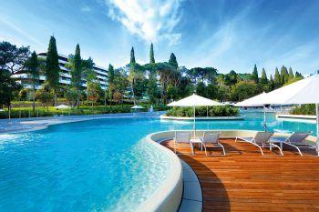 """<p class=""""title"""">               Hotel Lone*****             </p><p>Das Design-Hotel ist nur wenige Gehminuten von Rovinj entfernt. Besonders schön sind der großzügig gestaltete Poolbereich, das Wellness-Center und die Lage direkt am Meer. Mit Frühstück gibt es hier eine Woche Urlaub am 11. September ab 1251 Euro, am 18. September ab 1019 Euro und am 25. September ab 997 Euro pro Person.</p>"""