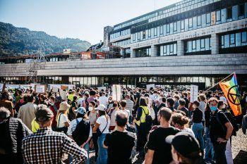 """<p class=""""caption"""">Hunderte Menschen versammelten sich auf dem Vorplatz des Bregenzer Landhauses.</p>"""
