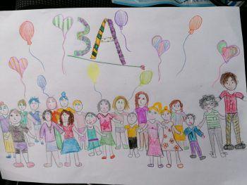 """<p class=""""caption"""">Jana hat ihre Klasse gezeichnet und bekommt dafür 200 Euro Schulgeld.</p>"""