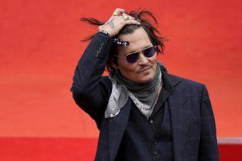 """Johnny DeppUm seinen Traum einer eigenen Band zu verwirklichen und Musiker zu werden, schmiss Johnny Depp die Schule mit 15 hin. Mit seiner Band """"The Kids"""" zog er nach L.A., – wo er wenig später auf Nicolas Cage traf, der ihn zur Schauspielerei brachte."""