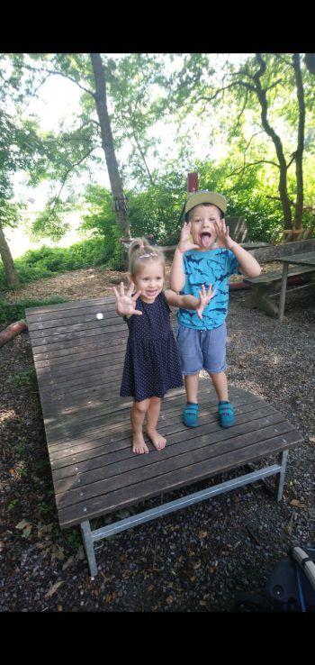 """<p class=""""caption"""">Julia: """"Mein Sohn Leon (4) mit seiner Cousine Magdalena (2) – weil sie zusammen einfach frech aber auch zuckersüß sein dürfen und sind.""""</p>"""