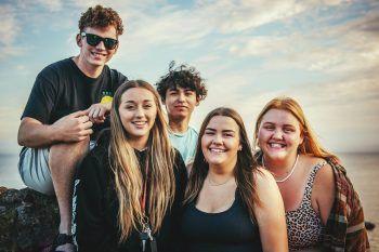 """Junge Menschen der """"Generation Z"""" stehen im Mittelpunkt der neuen Webinar-Reihe der österreichischen Jugendinfos. Foto: pexels"""