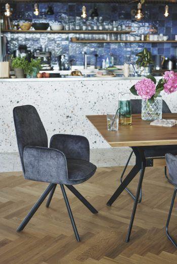 """<p class=""""caption"""">Komfortable Sessel und schöne Esstische machen die eigene Wohnung """"heimelig"""".</p>"""