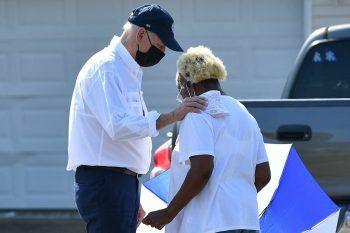 <p>LaPlace. Schmerzlich: US-Präsident Joe Biden tröstet eine Frau im Viertel Cambridge der Stadt in Lousiana. Hurrican Ida war zuvor über die Küste am Golf von Mexiko gezogen und hatte für schwere Verwüstungen gesorgt. Dutzende Menschen starben, viele verloren ihr gesamtes Hab und Gut.</p>