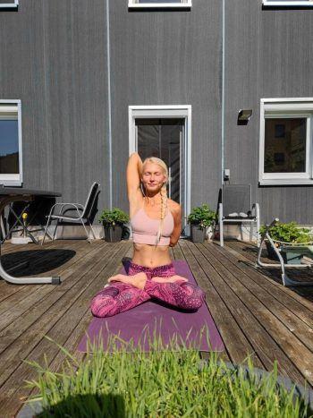 """<p class=""""caption"""">Lilia ist begeisterte Yoga-Lehrerin und stellt regelmäßig auf YouTube Videos dazu hoch (mehr Infos zu ihrem Kanal oben).</p>"""