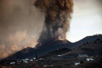 <p>Los Llanos de Aridane. Dramatisch: Auch nach einer Woche spuckt der Vulkan Cumbre Vieja auf der Kanareninsel La Palma noch immer Lava aus. Aufgrund der Aschewolke stellte der Flughafen der Insel gestern den Flugbetrieb ein.</p>