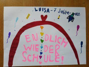 """<p class=""""caption"""">Luisa (7 Jahre): """"Ich freue mich, dass ich wieder in die Schule darf.""""</p>"""