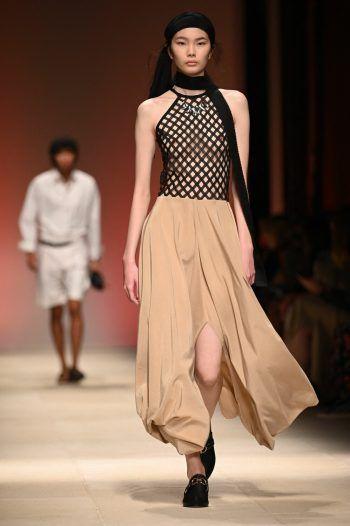 Mailand. Luftig: Ein Model präsentiert ein Kleid von Salvatore Ferra-gamo bei der Fashion Week in Mailand. Fotos: AFP, AP, APA