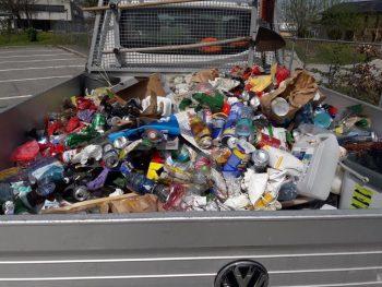 """<p class=""""caption"""">Massenweise Müll muss von den Bauhofmitarbeitern entsorgt werden.</p>"""