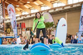 """<p class=""""caption"""">Natürlich ist auch der neue Trend-Wassersport SUP – Stand up Paddling auf der Interboot-Ausstellung vertreten.</p>"""