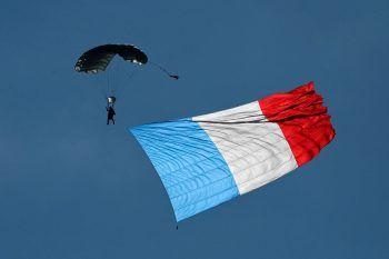 <p>Saint-Sauveur. Patriotisch: Ein Fallschirmspringer schwebt im Rahmen einer Veranstaltung der Luftstreitkräfte mit einer gigantischen französischen Flagge durch die Luft.</p>