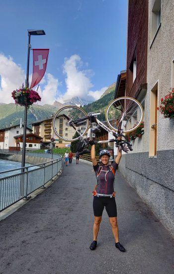 """<p class=""""caption"""">Sandra mit Opas Rennrad: """"Ich bin im Urlaub 540 Kilometer von Höchst nach Zermatt geradelt.""""</p>"""