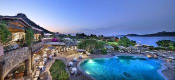 """<p class=""""title"""">               Sardinien             </p><p>Sardinien ist wie eine große Schatzkiste mit vielen Kostbarkeiten: glitzerndes kristallklares Wasser, wie Perlen aufgereihte Strände und eine Küste, die zu Recht den Namen Smaragdküste – Costa Smeralda trägt. Kleine Hotels mit viel Flair, persönlicher Service und das gute Essen sorgen dafür, dass man sich wohlfühlt. Weit weg von Massentourismus und abseits jeglicher Hektik hat sich Sardinien seine Natürlichkeit und Liebenswürdigkeit bewahrt. Hoteltipp Nordsardinien Resort Cala di Falco****+: Beliebtes Ferienresort direkt im kleinen Ort Cannigione. Die zweistöckige Bungalowanlage ist im sardischen Stil erbaut inmitten einer üppigen Gartenanlage. Eine Woche mit Flug und Zimmer mit Frühstück gibt es zum Beispiel am 25. September ab 924 Euro und am 2. und 9. Oktober ab 1057 Euro pro Person. Hoteltipp Südsardinien Hotel Chia Laguna Village****: Das Hotel liegt in wunderschöner unberührter Natur bei den Traumstränden von Chia und bietet viele Sportmöglichkeiten und einen tollen Wellness-Bereich. Eine Woche mit Flug und Doppelzimmer mit Halbpension ist zum Beispiel am 18. September ab 1624 Euro oder am 25. September ab 1323 Euro buchbar.</p>"""