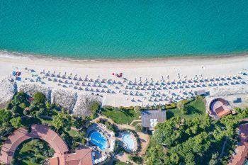 """<p class=""""title"""">               Sardinien             </p><p>Sardinien ist wie eine große Schatzkiste mit vielen Kostbarkeiten: glitzerndes kristallklares Wasser, wie Perlen aufgereihte Strände und eine Küste, die zu Recht den Namen Smaragdküste – Costa Smeralda trägt. Kleine Hotels mit viel Flair, persönlicher Service und das gute Essen sorgen dafür, dass man sich wohlfühlt. Weit weg von Massentourismus und abseits jeglicher Hektik hat sich Sardinien seine Natürlichkeit und Liebenswürdigkeit bewahrt. Hoteltipp Nordsardinien Resort Cala di Falco****+: Beliebtes Ferienresort direkt im kleinen Ort Cannigione. Die zweistöckige Bungalowanlage ist im sardischen Stil erbaut inmitten einer üppigen Gartenanlage. Eine Woche mit Flug und Zimmer mit Frühstück gibt es zum Beispiel am 25. September ab 924 Euro und am 2. und 9. Oktober ab 1057 Euro pro Person. Hoteltipp Südsardinien Hotel Cormoran****: Das Hotel liegt direkt am weitläufigen hellen Sandstrand von Villasimius. Es ist eines der beliebtesten Hotels im High-Life-Programm mit familiärer Atmosphäre. Eine Woche mit Flug und Doppelzimmer mit Frühstück ist zum Beispiel am 25. September ab 1120 Euro buchbar.</p>"""