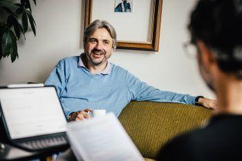 """<p class=""""caption"""">Sozialarbeiter und Autor Martin Fellacher aus Feldkirch im Gespräch mit WANN & WO-Redakteur Harald Küng.</p>"""