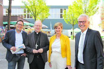 """<p class=""""caption"""">Stefan Fischnaller (VHS Götzis), Bischof Benno Elbs, Sabine Tichy-Treimel, Otto G. Mäser.</p>"""
