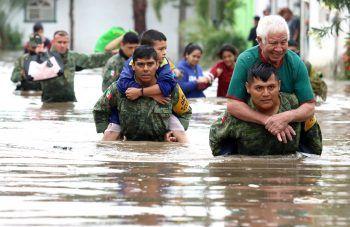 <p>Tlaquepaque. Dramatisch: Mexikanische Soldaten retten Menschen, die nach Starkregenfällen in ihren Häusern eingeschlossen waren, aus den Fluten.</p>