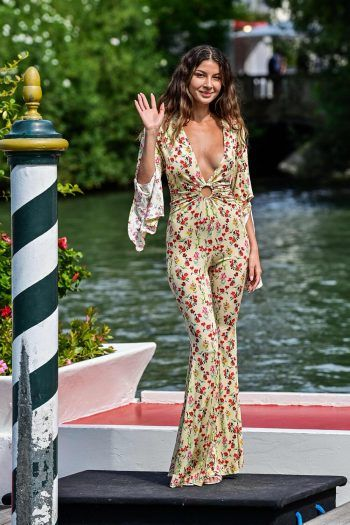 "Venedig. Geblümt: Model Madalina Doroftei beim ""78th Venice Film Festival 2021"". Fotos: AFP, AP, APA"