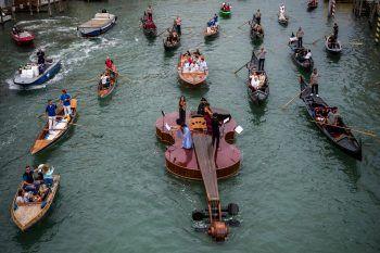 """<p>Venedig. Jungfernfahrt: Die schwimmende, überdimensionale Geige """"Noah's Violine"""" des ialienischen Künstlers Livio De Marchi sticht erstmals in See.</p>"""