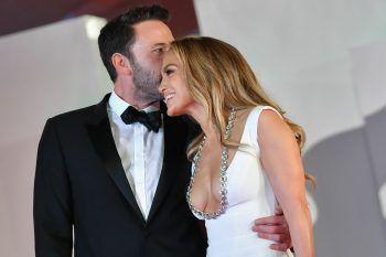 Venedig. Verliebt: Jennifer Lopez und Ben Affleck sind am Freitagabend über den roten Teppich beim Filmfest in Venedig gelaufen. Bislang aber gab es nur wenig offizielle Fotos der beiden zusammen – bis jetzt. Fotos: AFP
