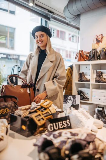 """<p class=""""caption"""">Wie im Paradies: Bei Baxxs shoppt Bianca gerne Schuhe und Taschen.</p>"""