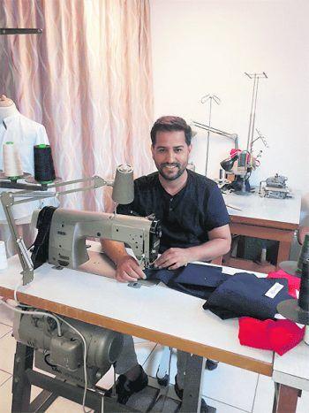 Zia Malikzai hat sich mit seiner Änderungsschneiderei selbstständig gemacht. Foto: handout/Gemeinde Wolfurt