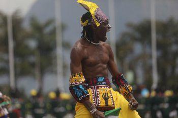 "Abuja. Energisch: Ein Mitglied der ""Adila Acrobatic Band"" performt am 61. Unabhängigkeitstag Nigerias. Fotos: AFP, AP, APA"