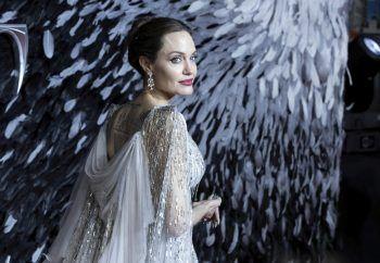 """<p class=""""title"""">               Angelina Jolie             </p><p class=""""title""""/><p class=""""title"""">Die Schauspielerin hat seit 2004 einen Pilotenschein und soll mit dem Fliegen begonnen haben, weil ihr damals drei Jahre alter Sohn Maddox so begeistert von Flugzeugen gewesen sei. 2005 hat sich Jolie eine Cirrus SR22-G2 gekauft.</p>"""