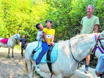 """<p class=""""caption"""">Auch Maximilian durfte heuer in die Carmargue fahren – die Therapie mit den Pferden hat ihm viel gebracht.</p>"""