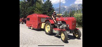"""<p class=""""caption"""">Dagmar: """"Unser Steyr Traktor mit DDR-Wohnwagen QEK Junior.""""</p>"""