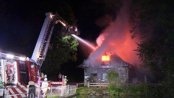"""<p class=""""caption"""">Die Feuerwehr konnte die Flammen schließlich erfolgreich eindämmen.</p>"""