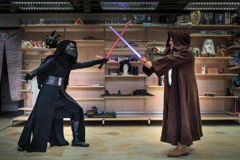 """<p class=""""caption"""">Die Lichtschwerter gekreuzt: Kylo Ren im Kampf gegen einen Jedi Ritter. Fotos: Stiplovsek</p>"""