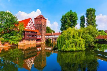 """<p class=""""caption"""">Die zweitgrößte Stadt Bayerns besitzt zugleich ein herrlich mittelalterliches Flair, in dem man sich in historischem Schwelgen verlieren kann.Fotos: handout/Weiss Reisen/Shutterstock</p>"""