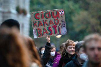 <p>Donnerstag, 7. Oktober. Wütend: Am folgenden Abend versammeln sich vor dem Bundeskanzleramt Demonstranten, um den Rücktritt von Kurz zu fordern. Fotos: APA, AFP, AP</p>