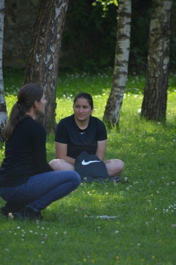 """<p class=""""caption"""">Esra liebt es, Zeit in der Natur zu verbringen.</p>"""