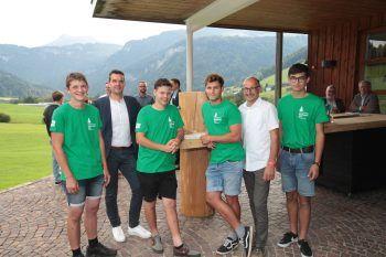 """<p class=""""caption"""">Holzbaukunst-Obmann Werner Flatz (2.v.li.) und Lehrlingswart Martin Burtscher mit den Lehrlingen Joachim Berchtold, Simon Juen, Paul Lehninger und Lukas Greber.</p>"""