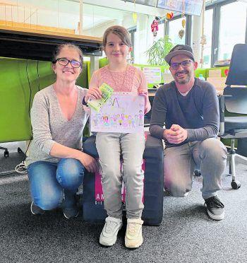 Jana hat uns eine tolle Zeichnung gemacht – dafür gab's von WANN & WO 200 Euro Schulgeld. Auf dem Bild: Mama Doris, Jana und W&W-Chefredakteur Stv. Harald Küng.